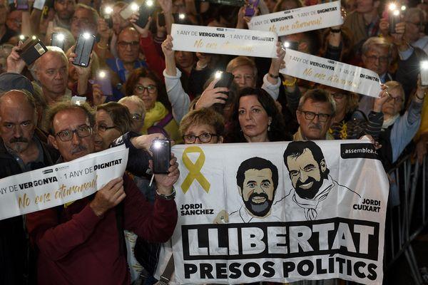 """""""Ni prison, ni exil, nous les voulons à la maison"""" réclament les manifestants place de Catalogne à Barcelone."""