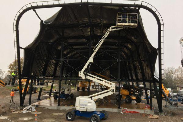 Il faudra attendre deux mois pour apercevoir la structure complètement montée.