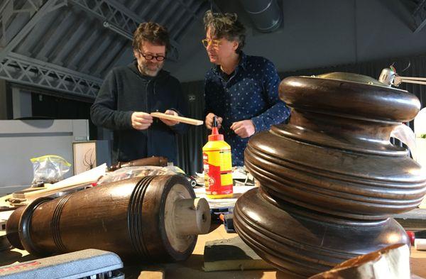 Mathieu Desailly et Vincent Gadras, dans leur atelier