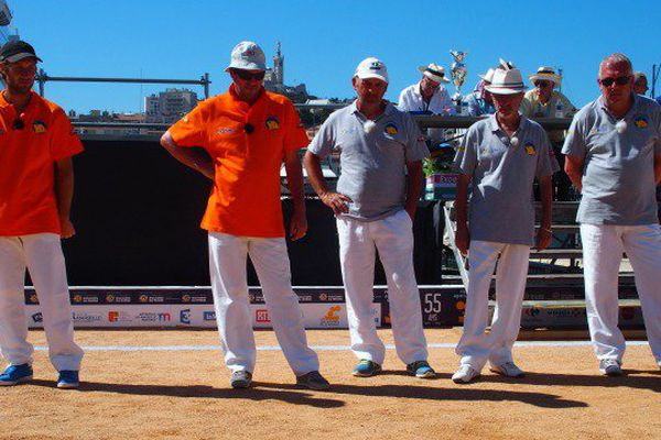 Les triplettes Courtois (en orange) et Cavallo (en bleu) sur le boulodrome du Vieux-Port pour la première demi-finale du Mondial à Pétanque.