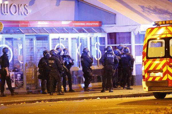 Vendredi 13 novembre 2015, Les forces de l'ordre assiègent le Bataclan après une série de fusillade dans Paris.