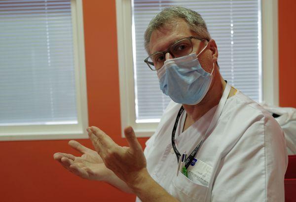 """Jean-Marc Lalot est médecin spécialisé en anesthésie-réanimation. """"Trop d'opérations ont été déprogrammées pour libérer des lits en soins intensifs""""."""