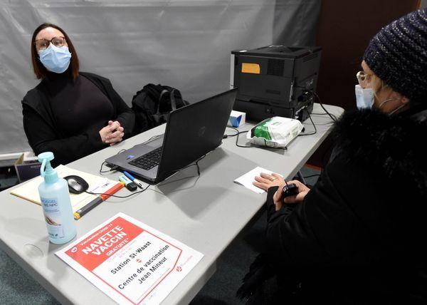 Des navettes gratuites permettent aux personnes de plus de 75 ans de se rendre au centre de vaccination, installé dans le gymnase de l'école primaire Jean-Mineur.
