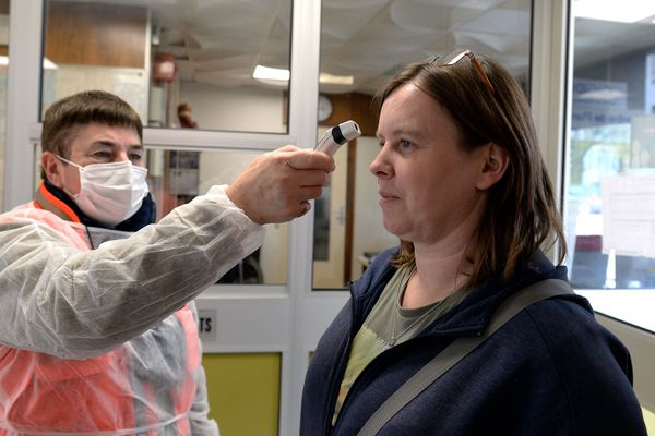 Au centre hospitalier de Sedan, dans les Ardennes, plus question d'entrer dans l'enceinte de l'hôpital sans une prise de température et un lavage des mains au gel hydroalcoolique. A partir de 38,2 degrés un questionnaire est obligatoire. Les mineurs ne sont pas admis.