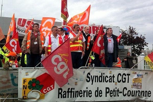 L'intersyndicale a organisé une assemblée générale le jeudi 18 octobre devant la raffinerie de Petit-Couronne.