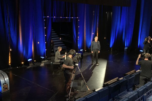 Invité fil rouge, François Morel interprète une chanson sur la scène de La Scala, hôte de l'émission L'Artichaut de France 3 Paris Île-de-France