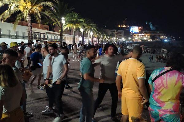 Nice, samedi 12 juin 2021, quai des Etats-Unis devant la plage des Ponchettes : les jeunes continuent la fête sur la plage après la fermeture des bars.