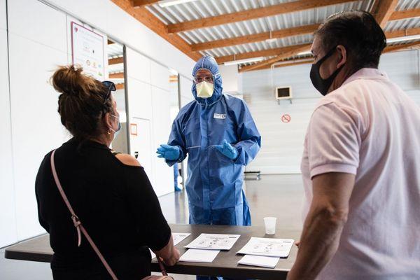 Illustration. Des travailleurs agricoles saisonniers testés pour le nouveau coronavirus Covid-19, à Châteaurenard (Bouches-du-Rhône), le 10 juin 2020.