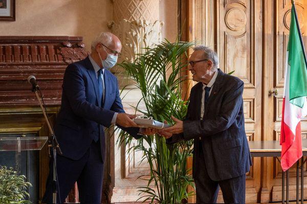 L'historien François Forray, l'un des deux français récompensés par la République italienne dans sa promotion annuelle. Ici, félicité par le maire de Chambéry pour ses travaux sur les relations Savoie-Piémont.