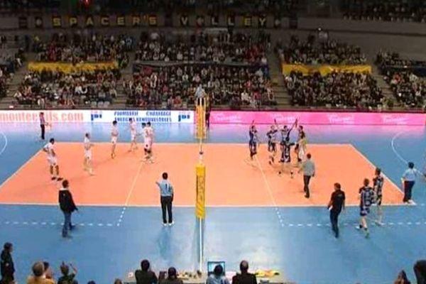Le Tours volley ball (à droite) s'est emparé de la tête de la Ligue A en s'imposant face à Toulouse sur le score de 3 sets à 2 face (25 janv 2014)