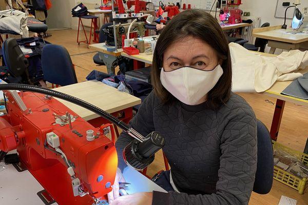 Les premiers kits made in France fabriqués à  Romans-sur-Isère (Drôme), sont prêts. Dans la boîte, 80 élastiques et 40 morceaux de tissus pour autant de masques. Ils vont être distribués à des couturières bénévoles qui les assembleront.
