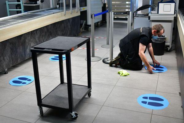 Mise en place du marquage au sol pour garder une distance physique