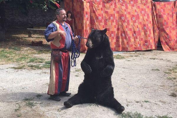 Frédéric Chesneau et son ours Valentin aux Médiévales de Saint-Léonard-de-Noblat