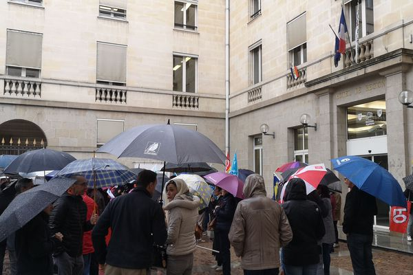Les agents en grève à la maison de la région à Limoges.