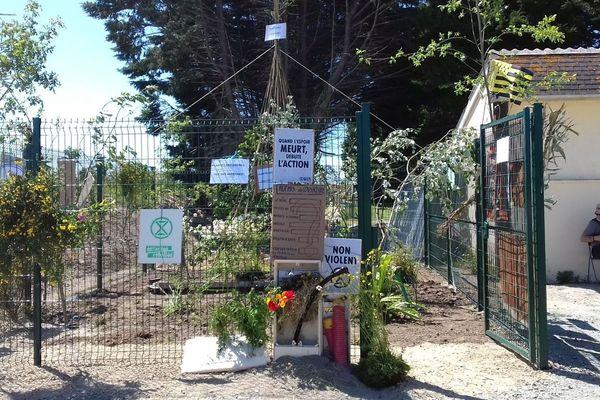 Les opposants ont remplacé symboliquement la dalle de béton par un jardin arboré.