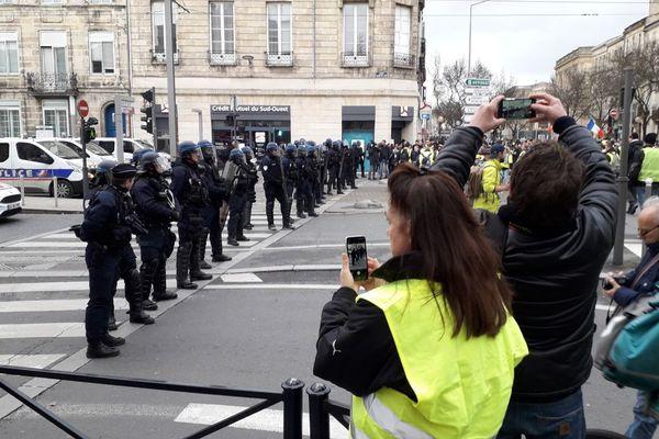 Les CRS sont déployés devant le Palais de Justice