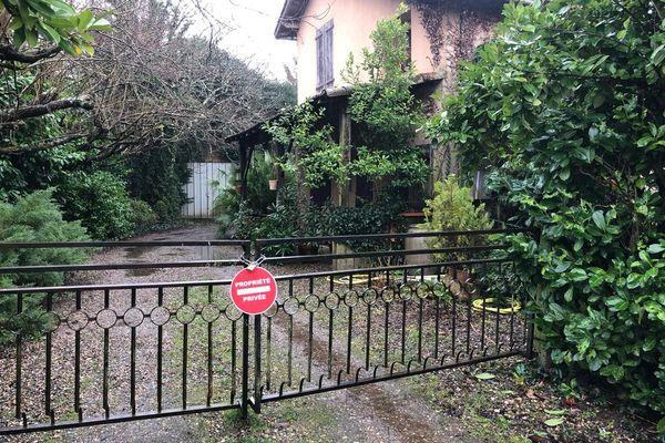 Le portail de la maison de la septuagénaire désormais...cadenassé.