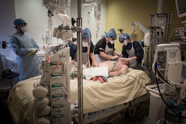 Soins intensifs à l'hôpital Lariboissière( APHP) à Paris en avril 2020
