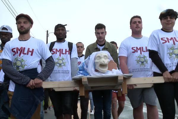 Les apprentis du LMB portent en cortège la reproduction de la gargouille de Notre-Dame qu'ils vont emmener à Paris
