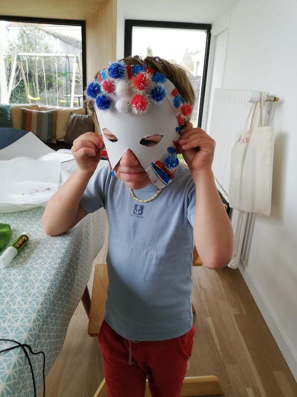 Ce mercredi, ça aurait dû être le carnaval à l'école de Sacha. Il a quand même fabriqué un masque avec sa maman.