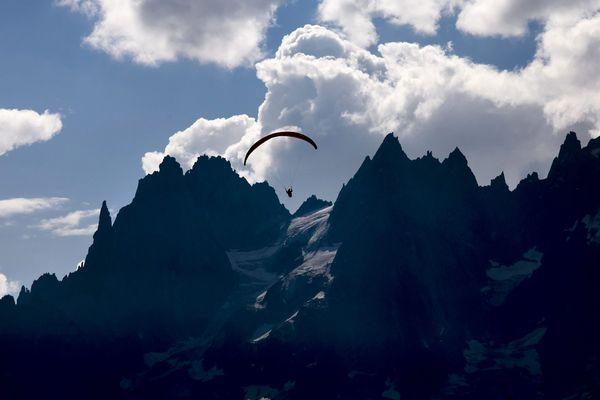 - Photo d'illustration - Un parapente dans la vallée de Chamonix en Haute-Savoie