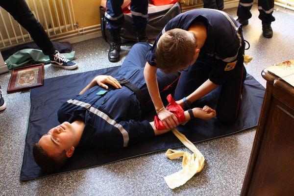 Le comité départemental des jeunes sapeurs-pompiers de Moselle s'est rendu dans les locaux des Restos du Coeur pour donner une formation aux premiers secours.
