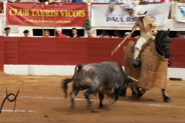 """Olivito, toro de La Quinta, fonce sur """"Destinado"""", le cheval d'Alain Bonijol monté par Óscar Bernal. C'était à Vic-Fezensac le dimanche 20 ami 2018."""