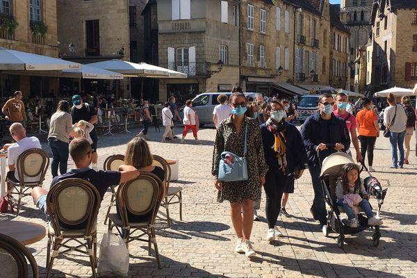 Les touristes portent le masque dans le centre historique de Sarlat. 2/08/21