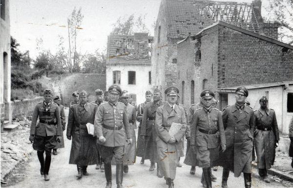 Hitler monte la rue d'Ostrevant à Bouchain le 2 juin 1940, avec son escorte.