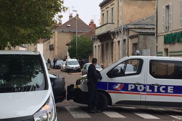Des demandeurs d'asile qui avaient trouvé refuge dans une maison inoccupée de la rue de Longvic à Dijon ont été expulsés par la police lundi 2 octobre 2017 dans l'après-midi.