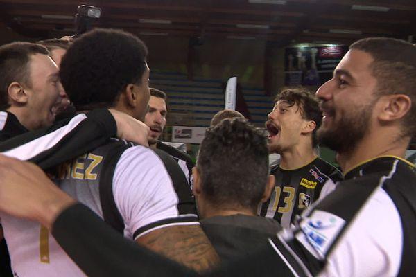 La joie des joueurs du Stade Poitevin Volley-Beach après leur victoire contre Narbonne ce 12 décembre à Poitiers.