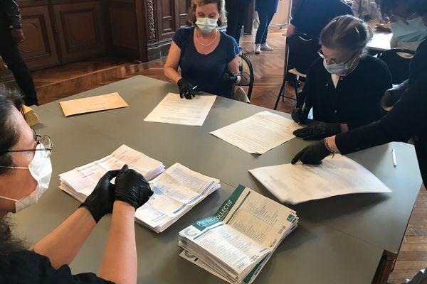 """Lors du dépouillement des votes des élections municipales 2020 dans un bureau de vote de Poitiers. Les bulletins """"Poitiers Collectif"""" sont rapidement plus nombreux."""