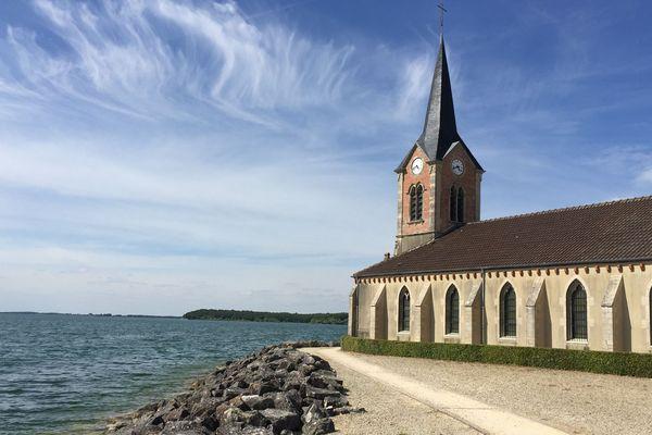 Sur la Presqu'île de Champaubert, à quelques mètres de la plage de Braucourt, les touristes pourront toujours aller admirer l'Eglise du village disparu de Champaubert.