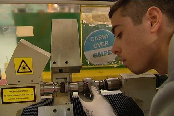 Guillaume Follain en pleine action sur une machine de rectification d'engrenages de boîtes de vitesse.