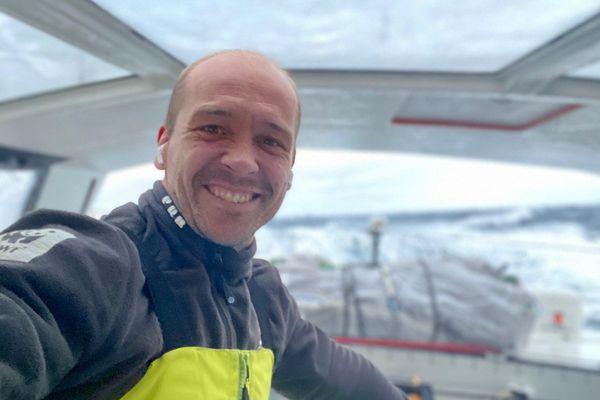 Kevin Escoffier, ici à bord de PRB, a été récupéré par Jean Le Cam