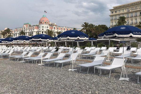 Si le restaurant fait le plein de clients, les chaises longues de la plage restent vides.