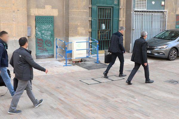Les enquêteurs de la police judiciaire, à la sortie de la perquisition à l'hôtel de ville de Marseille
