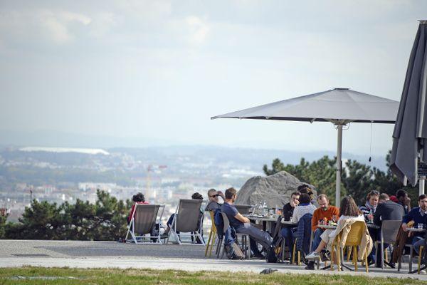 Covid-19 / Les terrasses comme celle de ce restaurant à la Croix-Rousse à Lyon vont pouvoir rouvrir à la date du 19 mai 2021. C'est ce qui est prévu dans le calendrier de déconfinement par étapes voulu par le président de la République, Emmanuel Macron.