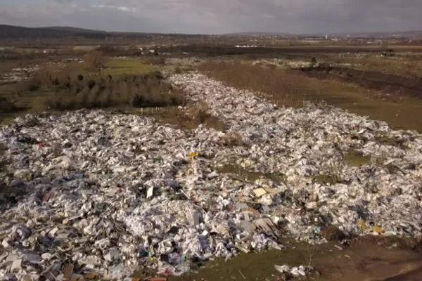 A Carrières-sous-Poissy, dans les Yvelines, la décharge sauvage s'étend sur 25 hectares.