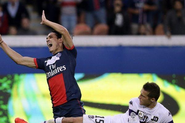 Choc entre Edinson Cavani et le défenseur de Toulouse Uros Spajic.