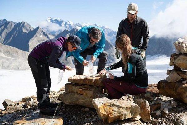 Des archéologues ont lancé des fouilles d'urgence pour préserver des vestiges dans les Alpes suisses.