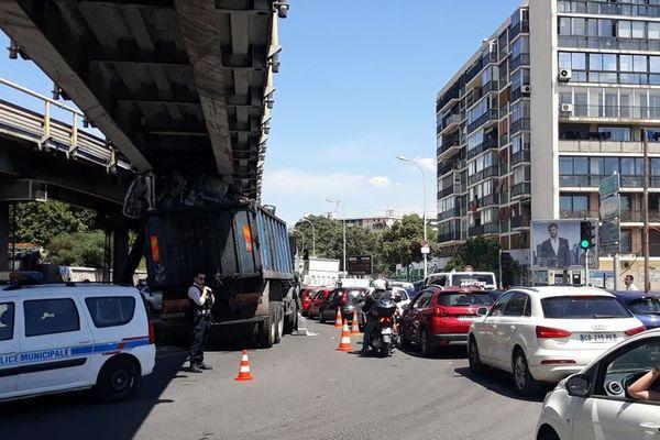 Le camion s'est encastré sous la passerelle du boulevard Rabatau.
