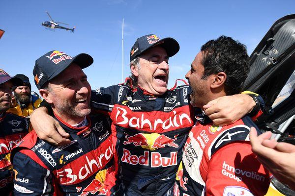 L'Espagnol Carlos Sainz, vainqueur du Dakar 2020 (au centre), félicité par Peterhansel (à gauche) et Al-Attiyah (à droite).