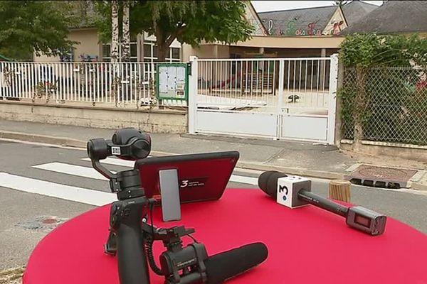 """""""C'est vous qui le dites"""" devant l'école de Chaumont-sur-Tharonne dans le Loir-et-Cher"""