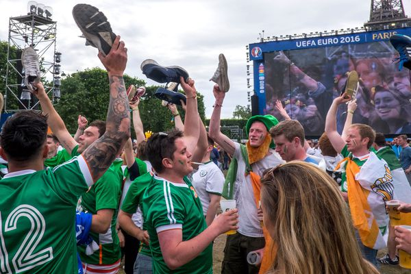 Des supporters irlandais sur la fan zone de la Tour Eiffel.
