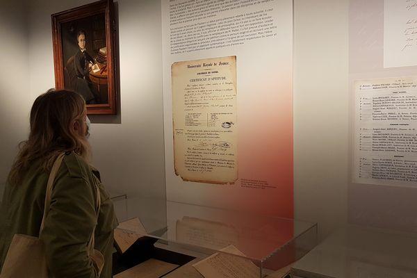 """L'exposition """"L'élève Flaubert, nous étions à l'étude"""" propose une immersion dans le parcours scolaire de l'auteur. Ici, une copie de son diplôme de bachelier-ès-lettres, obtenu à Rouen en 1840."""
