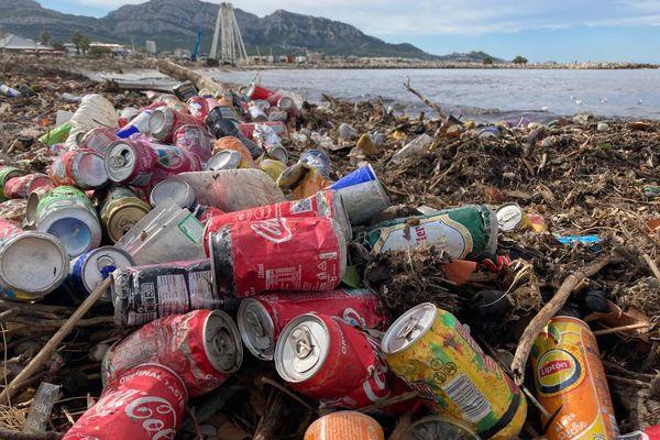 05/10/2021. Mardi 5 octobre 2021, ordures et sacs poubelle éventrés ont envahi les plages du Prado à Marseille, emportés par les violentes pluies de la veille.