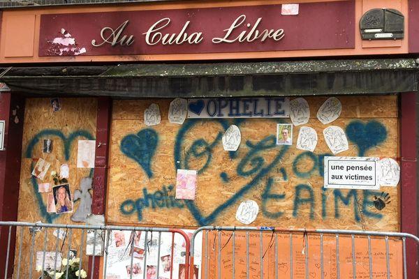 Deux ans après le drame, la façade du bar affiche des messages d'hommage aux 14 jeunes victimes