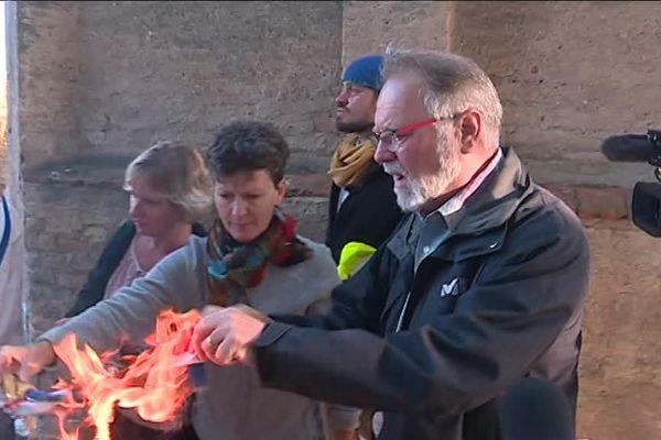 Une interpellation tôt ce mercredi 12 septembre au matin parmi les Zadistes opposés au GCO. Gazé pour la quatrième fois en deux jours, le maire de Kolbsheim est à bout de nerf et décide de brûler son écharpe.