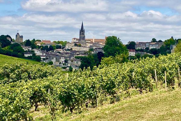 Vue du village de Saint-Émilion depuis les vignes.